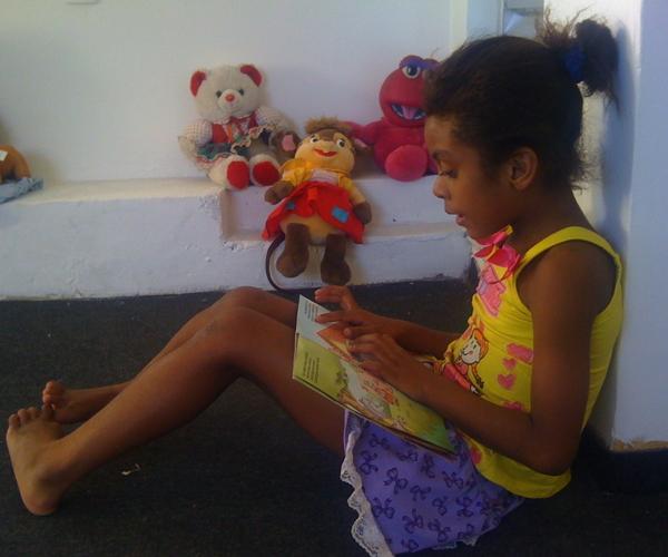 Jhulia leest een boek
