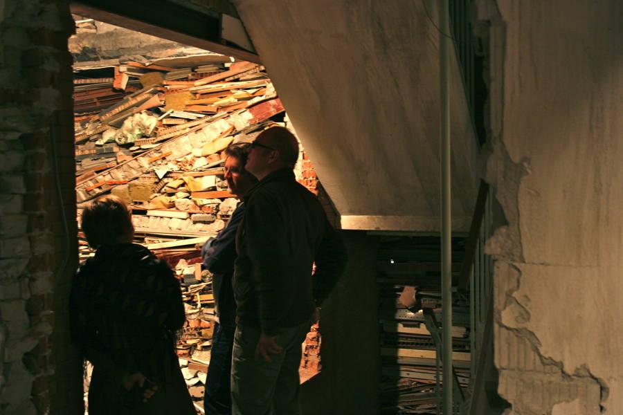 Bezoekers in Verwoest Huis