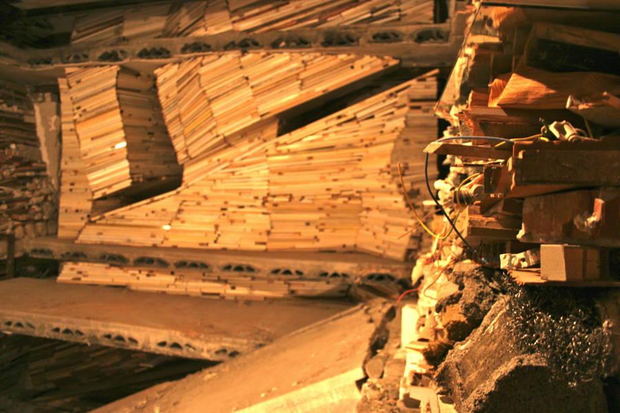 Verwoest Huis - doorkijk vanaf trap