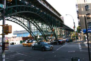 Uitgang van de D-train, hoek Broadway en 125th Street