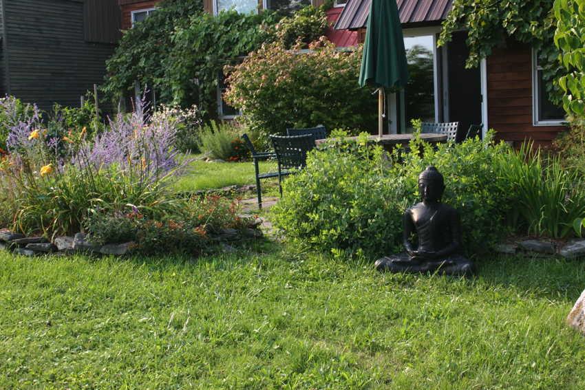 Één van de mooie tuinen in EcoVillage