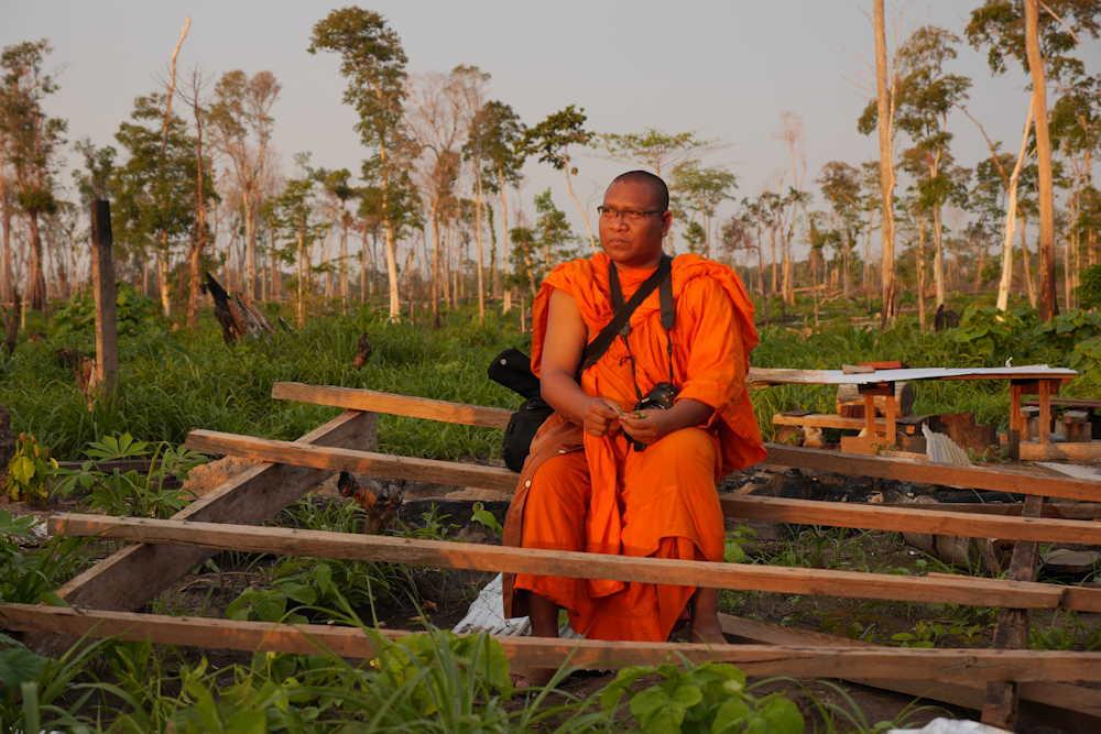 Cambodiaanse monnik die de vernietiging vastlegt