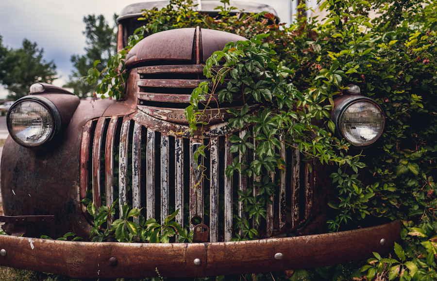 Verroeste, afgedankte Amerikaanse auto