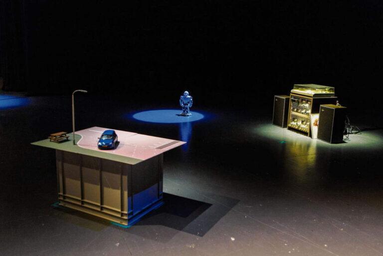 Robot uit twee voorstellingen van Micha Wertheim